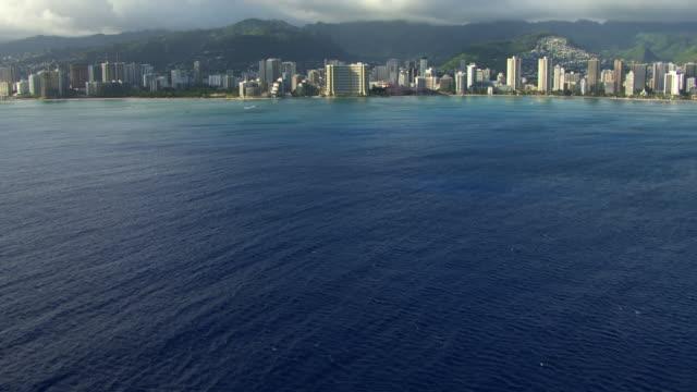 vídeos de stock, filmes e b-roll de ws aerial tu waikiki beach, sea in foreground / hawaii, united states - inclinação para cima