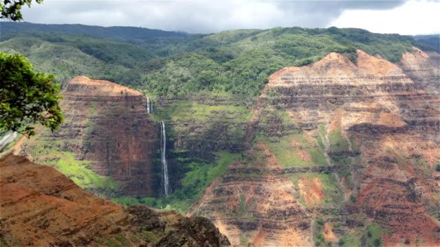 waimea canyon state park-landschaft und den wasserfall, kauai, hawaii - insel kauai stock-videos und b-roll-filmmaterial