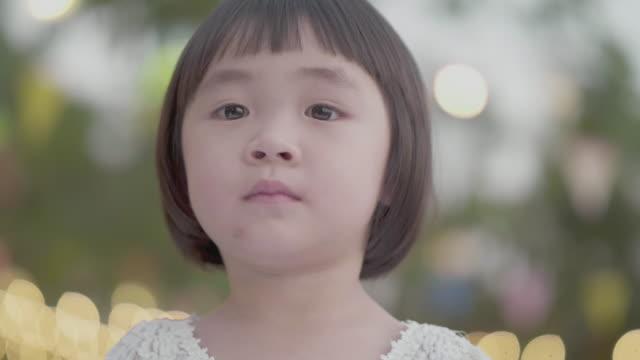 ママを待つ - 少女点の映像素材/bロール
