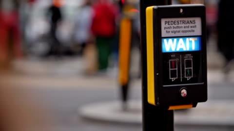 vídeos y material grabado en eventos de stock de esperar la señal para peatones - señal de circulación