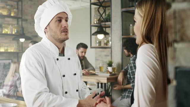 vídeos de stock e filmes b-roll de equipa de empregados de mesa - empregada de mesa