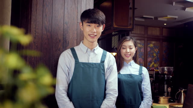 Kellner und Kellnerin in modernen Café