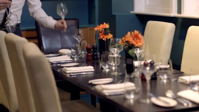 stockvideo's en b-roll-footage met ms tu waiter arranging dining table in restaurant - overhemd en stropdas