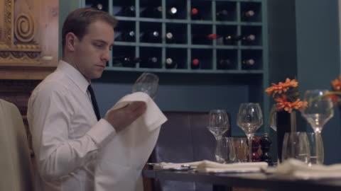 vidéos et rushes de ms waiter arranging dining table in restaurant - seulement des jeunes hommes