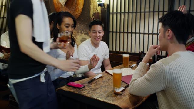 日本のレストランでお客さんに飲み物を持ってくるウェイター - サービス業関係の職業点の映像素材/bロール