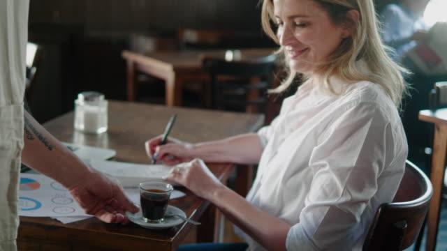 kellner bringt espresso zum kunden im argentinischen restaurant - italienischer abstammung stock-videos und b-roll-filmmaterial