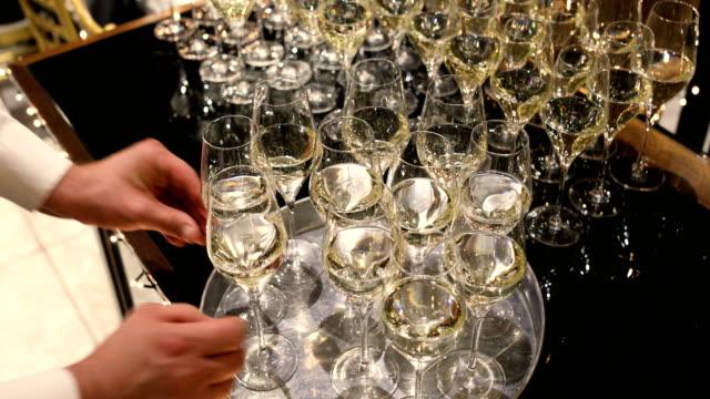 kellner in uniform serviert champagner - festmahl stock-videos und b-roll-filmmaterial