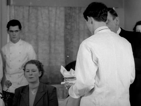 vídeos de stock, filmes e b-roll de a waiter instructs students on how to serve bread rolls correctly in a restaurant - jantar sofisticado