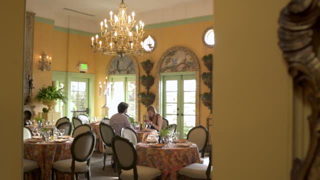 vídeos de stock, filmes e b-roll de waiter looking at camera. - jantar sofisticado
