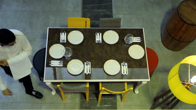 モダンなレストランでダイニングテーブルを準備しているウェイター - 上流社会点の映像素材/bロール