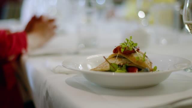 ウェイターは魚と野菜の2つの手段を提供しています - アシスタント点の映像素材/bロール