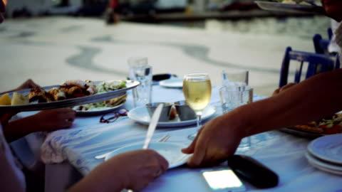 stockvideo's en b-roll-footage met ober serveren diner in restaurant - griekenland