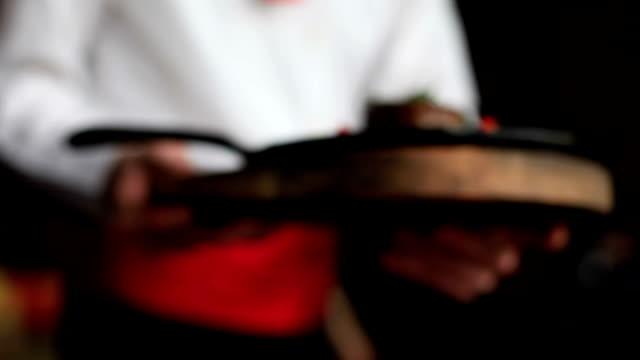 Empregado de Mesa serviço com o grilled produtos hortícolas frescos de Carne de Vaca