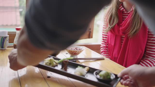 豆腐セットメニューを提供するウェイターと白人女性は料理を楽しんでいます。 - 玄米点の映像素材/bロール
