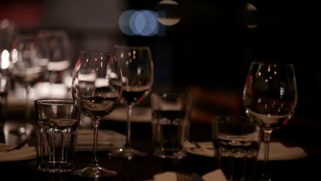 ウェイターがレストランのテーブルセッティング - 盆点の映像素材/bロール