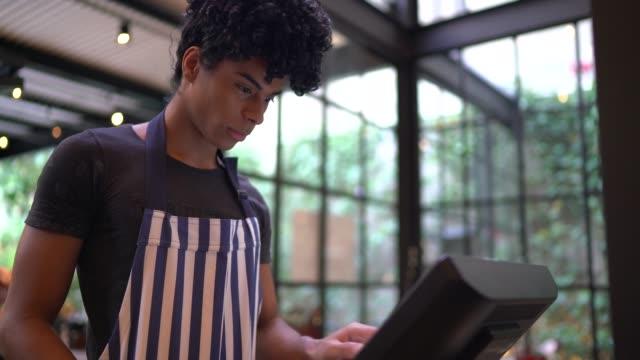 kellner mit einem computermonitor, um die bestellung zu nehmen - gastwirt stock-videos und b-roll-filmmaterial