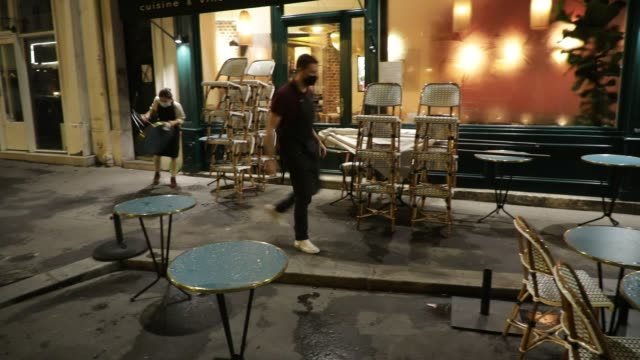 vidéos et rushes de waiters put away chairs on a terrace when an establishment closes in the latin quarter on october 5, 2020 in paris, france. to fight against the... - demi finale