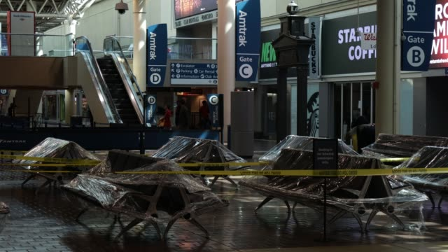waiting area chairs are covered in plastic wrap at the concourse of union station during the coronavirus pandemic on april 3 2020 in washington dc... - virginia stato usa video stock e b–roll