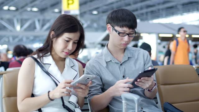 vidéos et rushes de transport corridor en attente à l'aéroport - ressources humaines