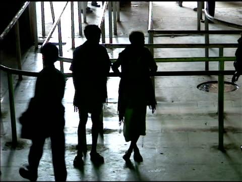 vídeos y material grabado en eventos de stock de esperando en calcuta india estación de tren - calcuta