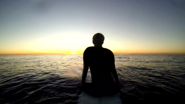 stockvideo's en b-roll-footage met waiting at sunset - wachten