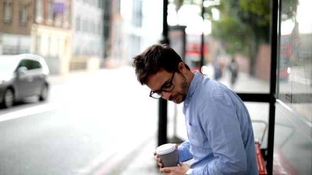 vídeos de stock e filmes b-roll de waiting for a bus - anxiety