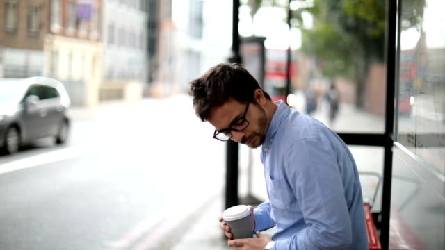 vídeos de stock e filmes b-roll de waiting for a bus - ansiedade