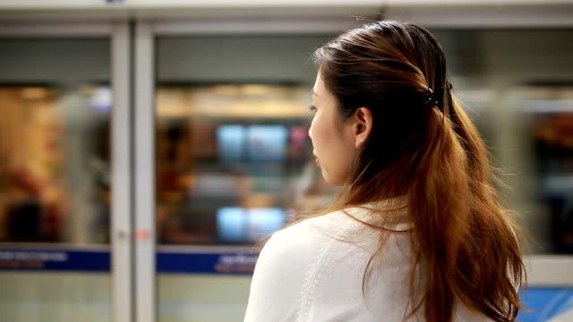 vidéos et rushes de attente pour un train - passer devant