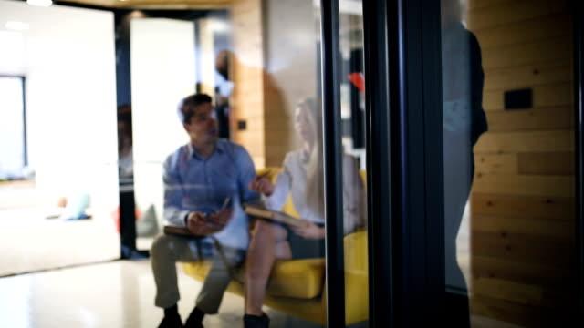 stockvideo's en b-roll-footage met wachten op resultaten van sollicitatiegesprek - designatelier