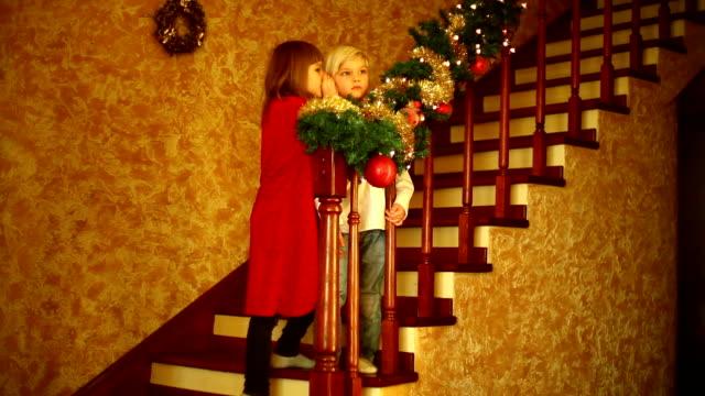 warten auf santa claus teil 2 - treppe stock-videos und b-roll-filmmaterial
