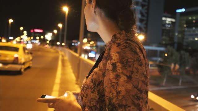 vídeos de stock e filmes b-roll de waiting for taxi. - encomendar