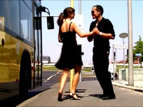 ウェイティングのバス  - サルサダンス点の映像素材/bロール