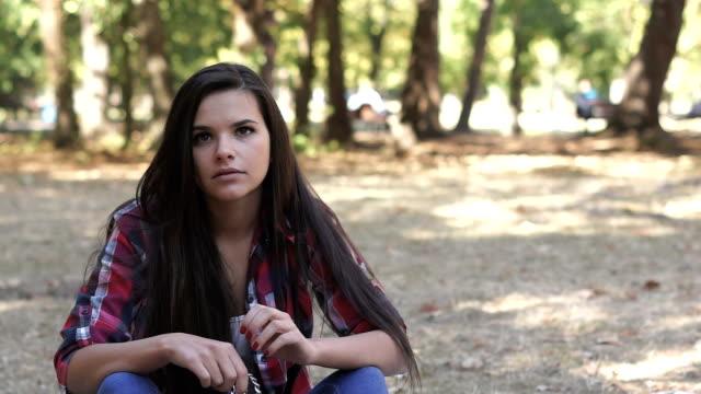 stockvideo's en b-roll-footage met wachten in het park - schaduwe