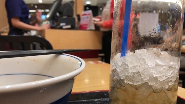 vidéos et rushes de attente à verser de l'argent après avoir manger un repas au restaurant - bol vide