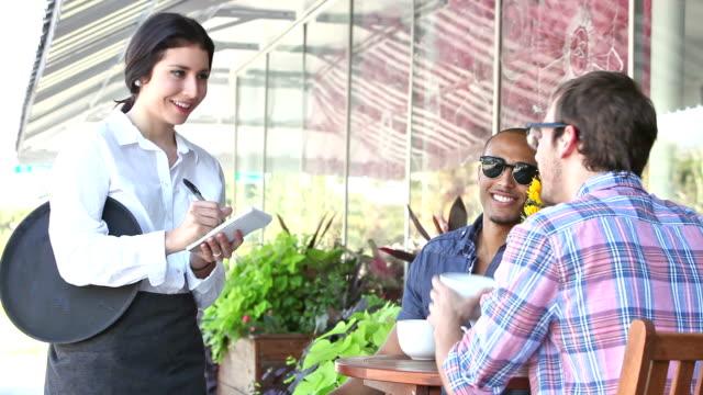 servitrisen i gatukafé tar kundorder - servitris bildbanksvideor och videomaterial från bakom kulisserna