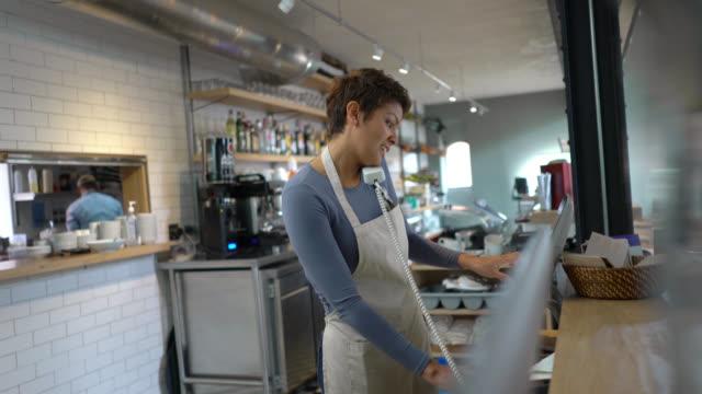 vídeos de stock e filmes b-roll de waitress on the phone placing an order for take out - empregada de mesa