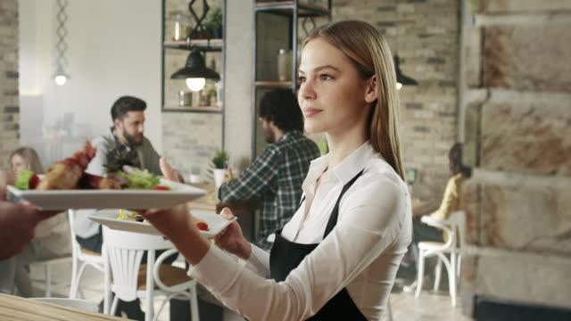 Kellnerin Abholung Essen aus der Küche
