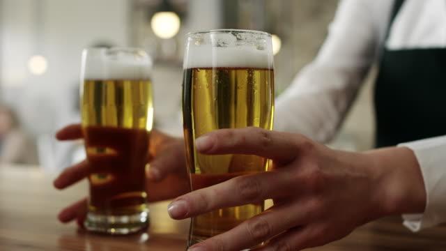 servitrisen plocka upp två glas öl - servitris bildbanksvideor och videomaterial från bakom kulisserna