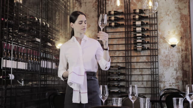 vidéos et rushes de waitress polishing a wine glass - palace