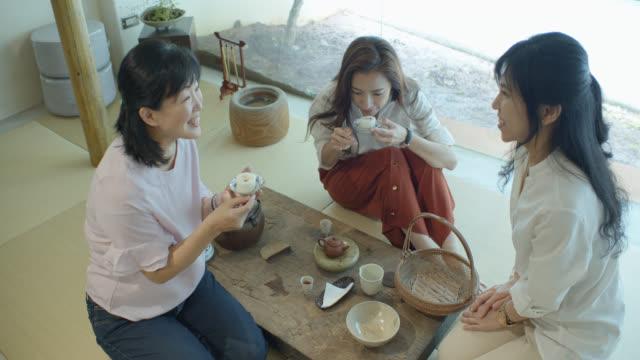 台湾の茶室で餅をお召し上がりのウェイトレス - おやつ点の映像素材/bロール