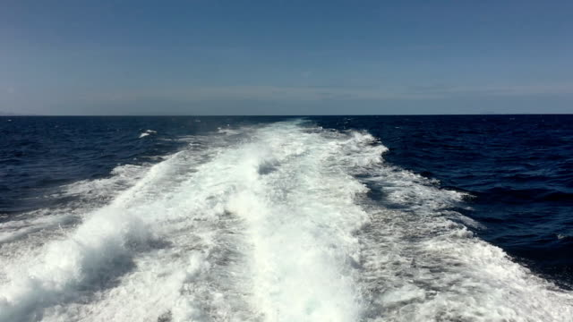 stockvideo's en b-roll-footage met wakker achter groot cruiseschip - kielwater