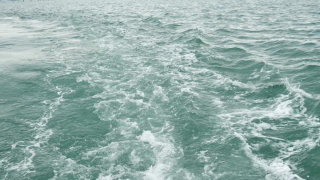 のボートでお目覚め - 泡立つ波点の映像素材/bロール