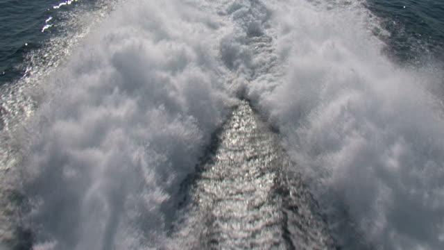 vídeos y material grabado en eventos de stock de disfrute de un barco en el mar azul (fondo - hidroplano