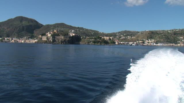 vídeos y material grabado en eventos de stock de tras enviar salir de un pequeño puerto en sicilia - hidroplano