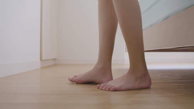 vidéos et rushes de se réveiller et quitter le lit - pieds nus