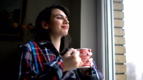 vidéos et rushes de réveillez-vous et appréciez l'odeur du café  - sentir