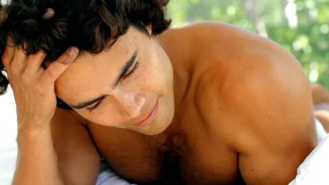 vidéos et rushes de je me réveille à la recherche ce bien - cheveux bruns