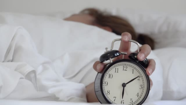 vídeos de stock e filmes b-roll de wake up. woman and alarm clock. - acordar