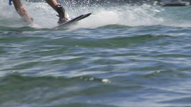 vídeos y material grabado en eventos de stock de hd wakeboarder en el lago primer plano (cámara lenta) - waterskiing