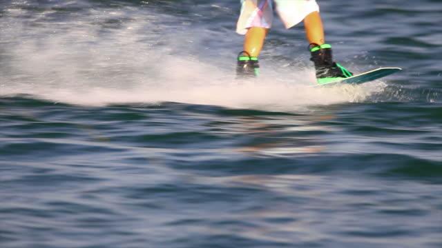 vídeos y material grabado en eventos de stock de hd wakeboarder en el lago - waterskiing